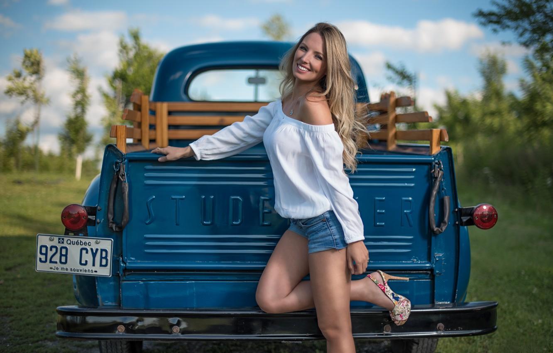 Фото обои машина, девушка, поза, шорты, грузовик, Studebaker