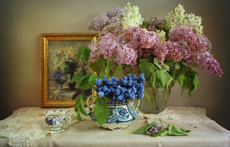 Фото обои цветы, ветки, картина, чашка, ваза, сирень, мускари, салфетки