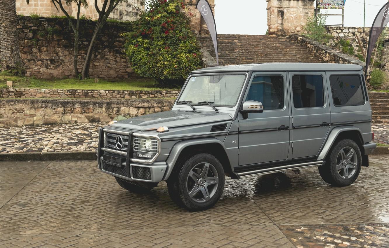 Фото обои капли, камни, серый, Mercedes-Benz, брусчатка, внедорожник, лестница, ступени, 4x4, сырость, G-Class, 2017, G 500, V8