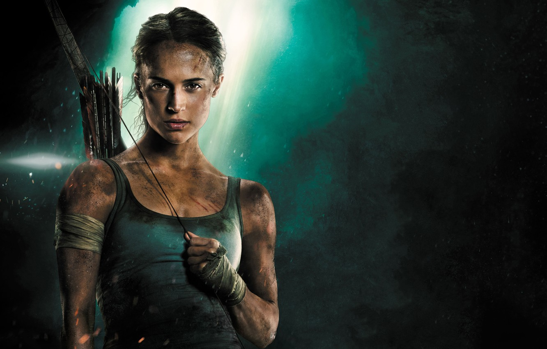 Фото обои девушка, фон, майка, лук, Tomb Raider, Лара Крофт, стрелы, приключения, боевик, постер, бинты, Алисия Викандер, ...