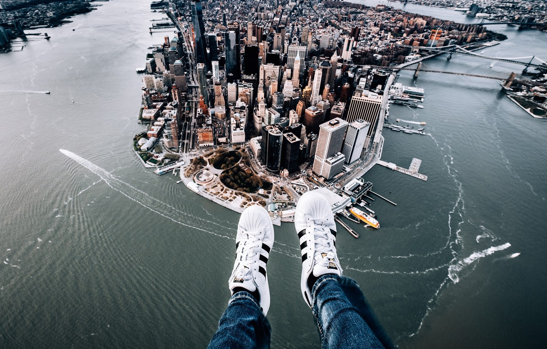 Фото обои город, ноги, Нью-Йорк, панорама, Манхэттен, кроссовки, Manhattan, New York City, Hudson River, East River, Ист-Ривер, …
