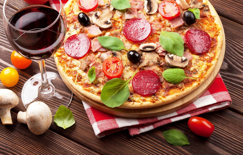 Фото обои вино, грибы, сыр, пицца, помидоры, колбаса