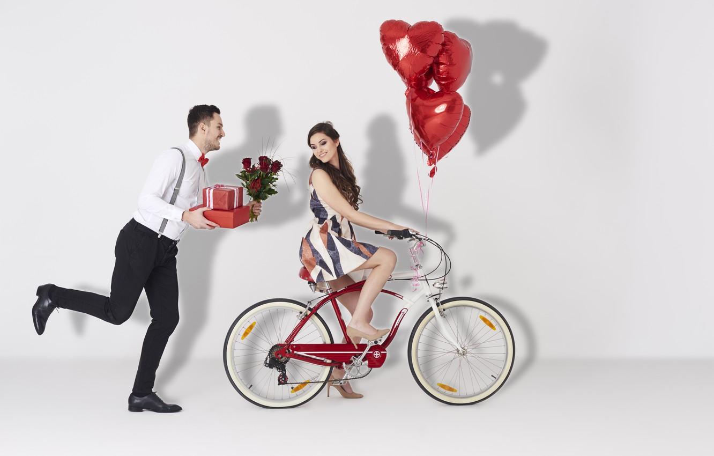 Фото обои Девушка, Сердце, Розы, Двое, Велосипед, Шатенка, Мужчина, Valentine's Day, День Святого Валентина, Подарки, Воздушный шарик