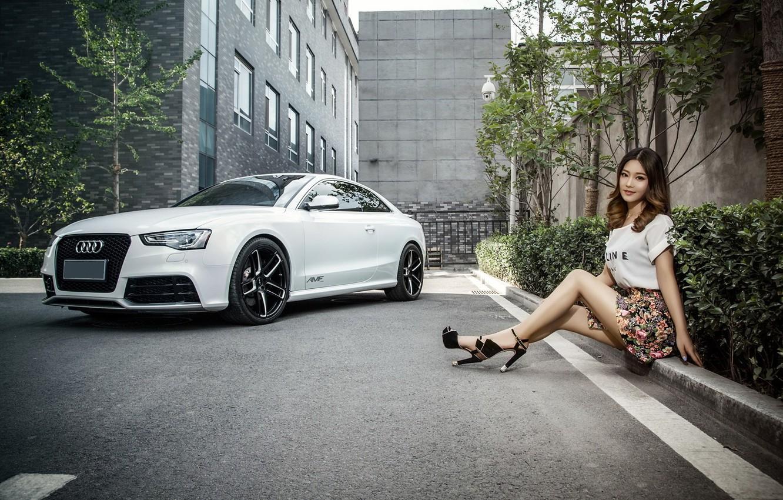 Фото обои взгляд, Audi, Девушки, азиатка, красивая девушка, белый авто, сидит на бардюре