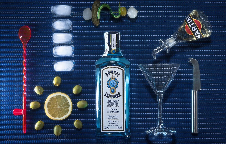 Фото обои лимон, бокал, бутылка, лёд, джин, оливки, Dry Martini