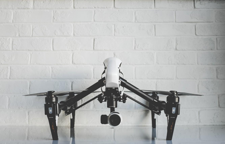Фото обои camera, кирпичная стена, фотокамера, беспилотник, пропеллеры, дрон, квадрокоптер, DJI, quadcopter, DJI Inspire One, drone quadrocopter, ...