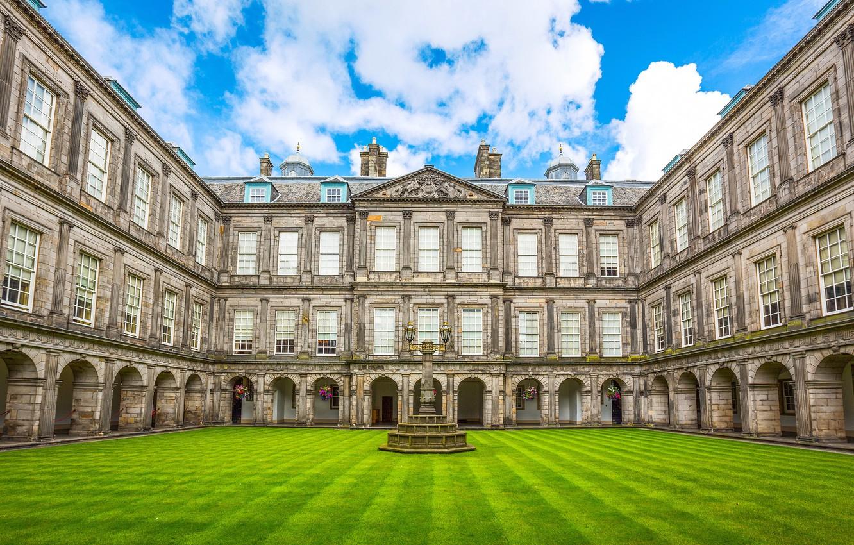 Фото обои зелень, небо, трава, облака, цветы, газон, Шотландия, двор, фонари, дворец, Эдинбург, Holyroodhouse Palace