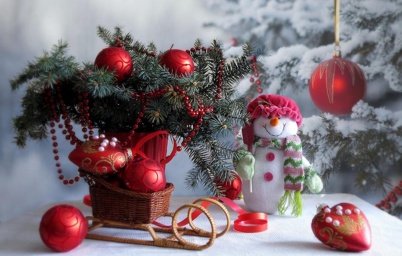Фото обои зима, снег, украшения, ветки, стол, праздник, игрушки, новый год, рождество, ель, снеговик, ёлка, санки
