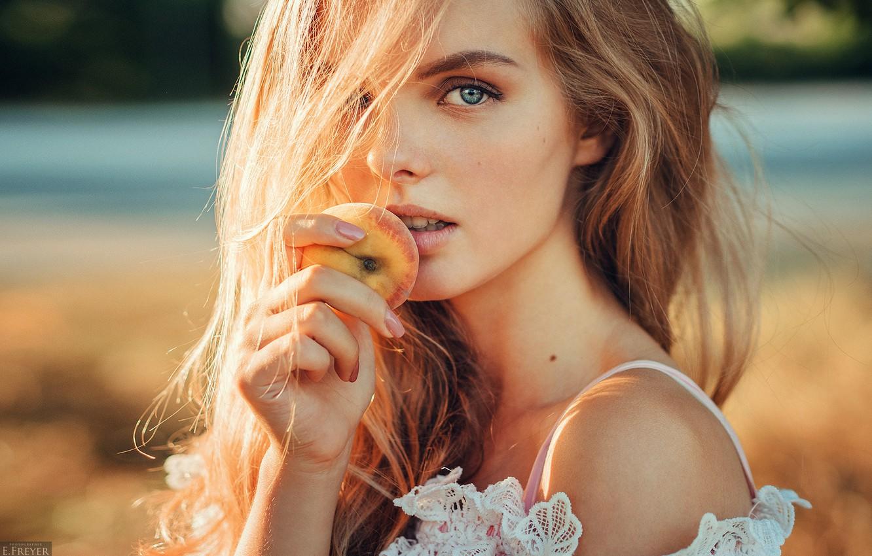 Фото обои girl, long hair, photo, photographer, blue eyes, model, beauty, fruit, bokeh, peach, lips, face, blonde, …