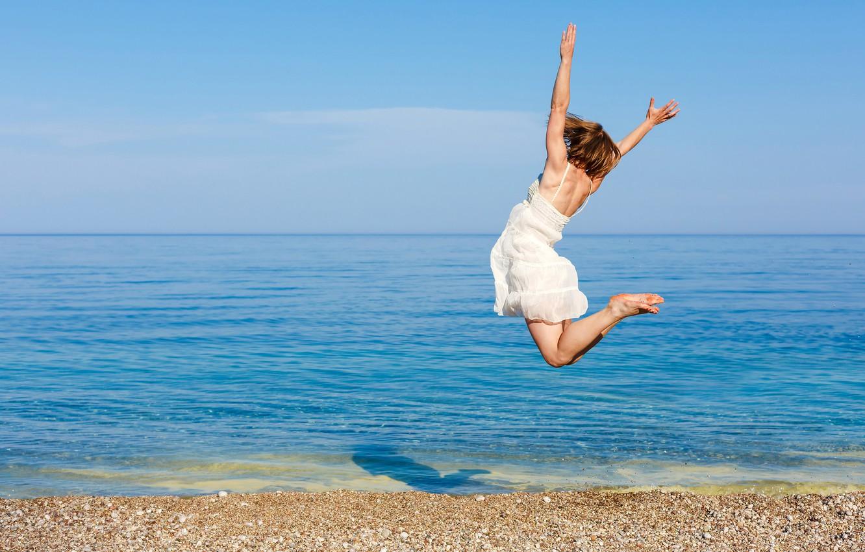 Фото обои море, пляж, небо, девушка, солнце, радость, настроение, прыжок, платье, горизонт, шатенка, в белом, на берегу, …