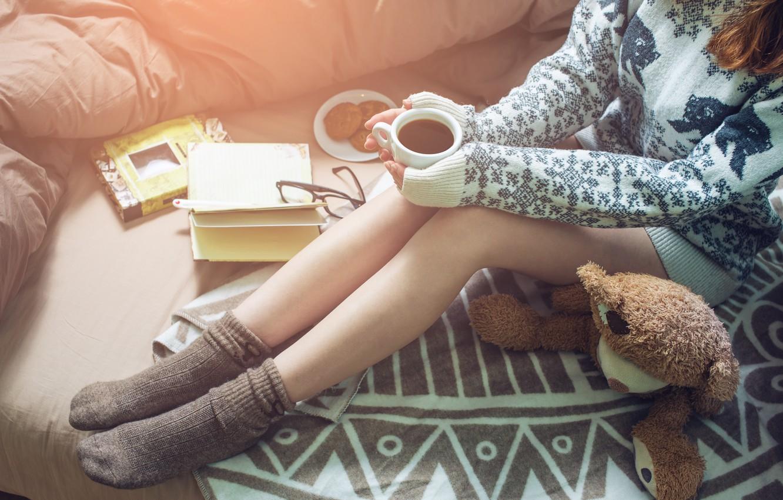 Фото обои девушка, кофе, печенье, Girl, чашка, постель, книга, book, bed, coffee, reading, socks, warm, drinking
