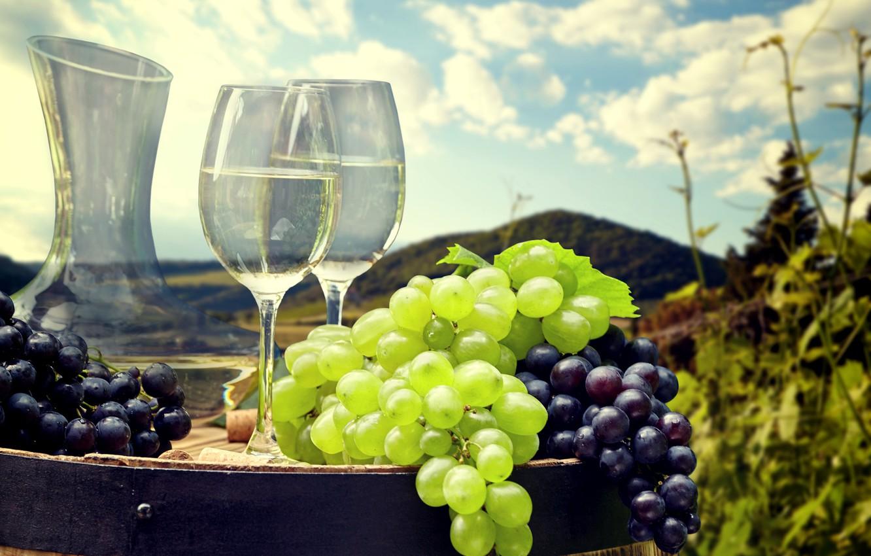 Фото обои небо, солнце, облака, пейзаж, вино, холмы, поля, бокалы, виноград, бочка, боке