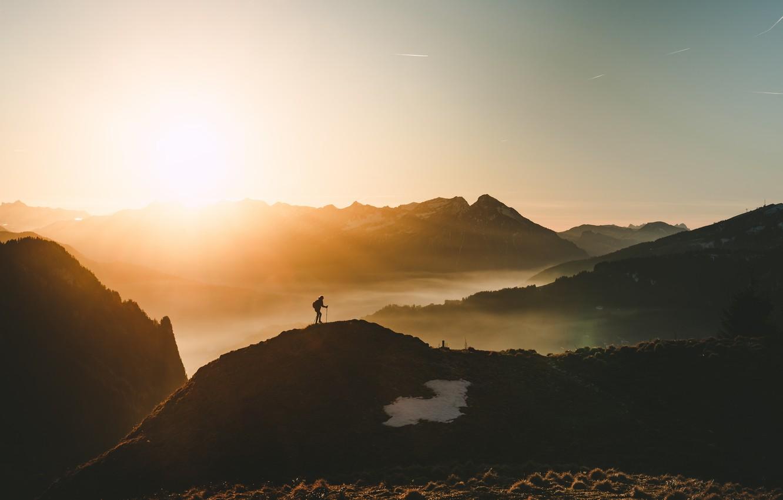 Фото обои небо, свет, горы, природа, туман, человек, утро, альпинист