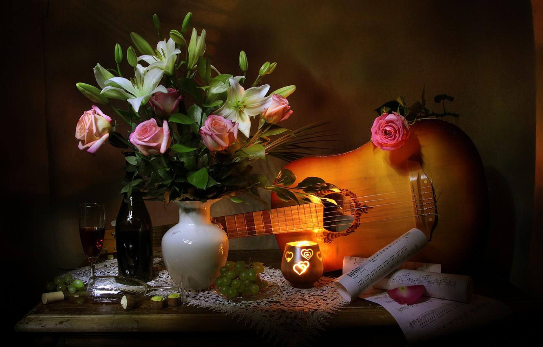 Фото обои цветы, ягоды, ноты, вино, лилии, бутылка, гитара, розы, свеча, бокалы, конфеты, виноград, листы, ваза, столик, …