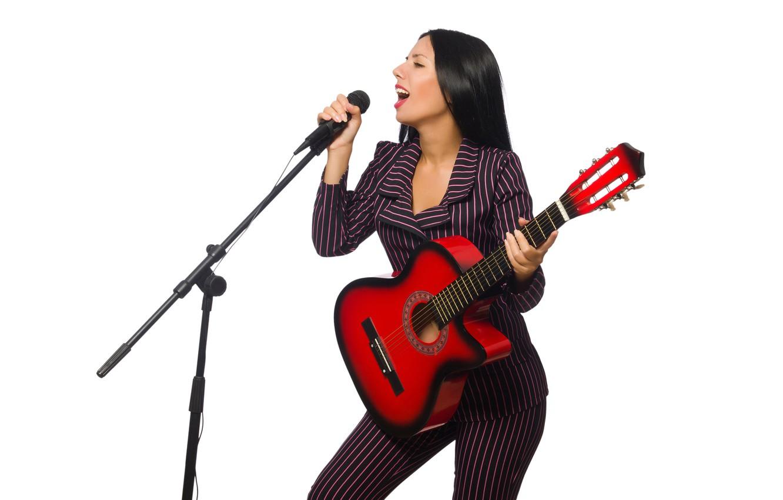 Фото обои девушка, гитара, макияж, брюнетка, прическа, костюм, белый фон, микрофон, певица, пиджак, полосатый, брюки, поёт