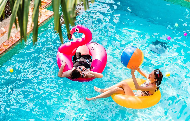 Фото обои вода, девушки, отдых, бассейн, фламинго