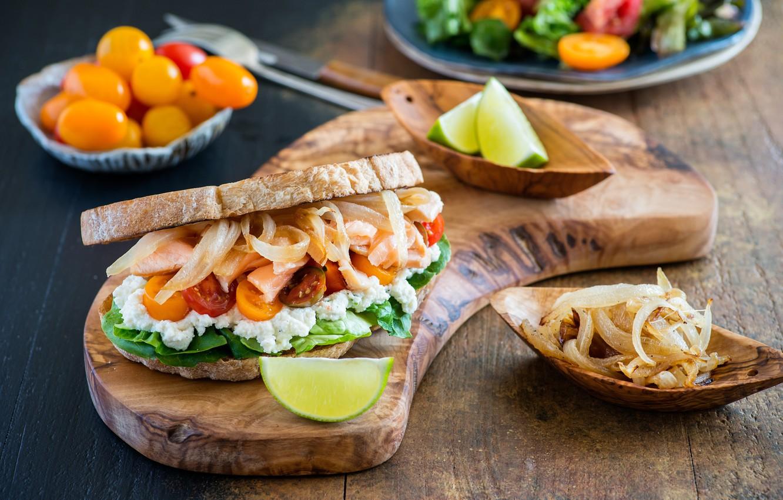 Фото обои лук, хлеб, бутерброд, помидоры, разделочная доска, сыр фета