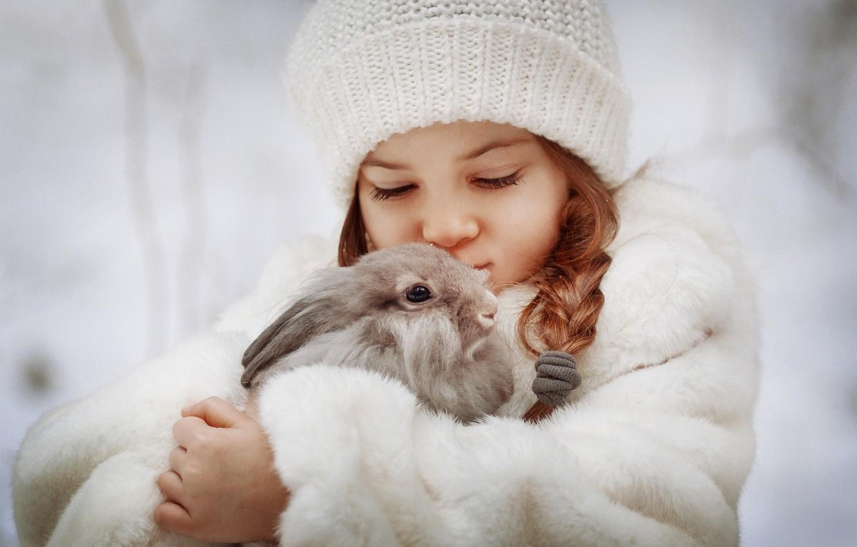 Фото обои шапка, кролик, девочка, друзья, косичка, шубка