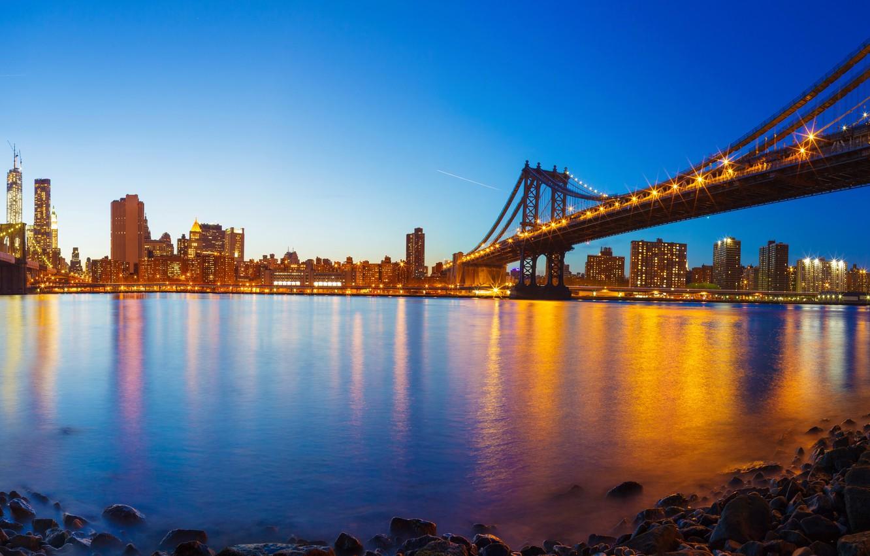 Фото обои небо, огни, камни, берег, дома, Нью-Йорк, вечер, фонари, панорама, залив, США, мосты, Манхэттен, набережная