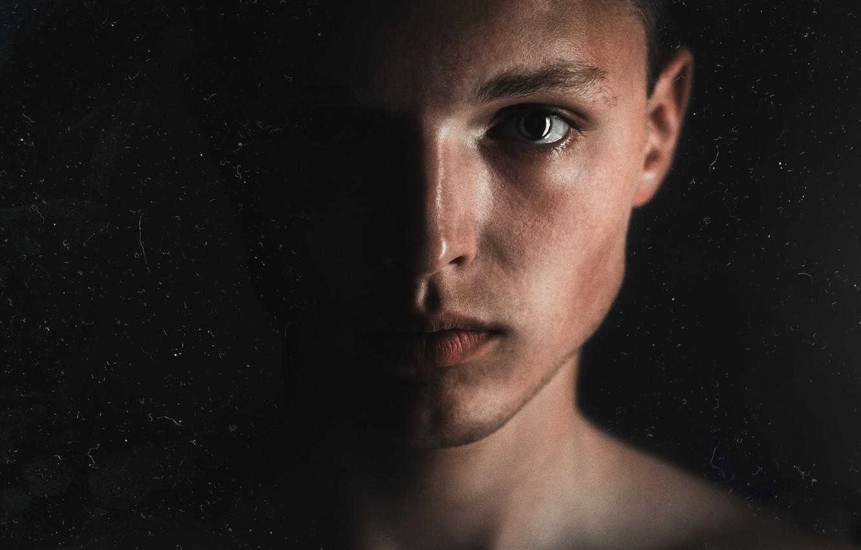 Фото обои глаза, свет, лицо, глаз, темнота, темно, парень, блик, автопортрет, близко, пол лица, блик в глазах, …