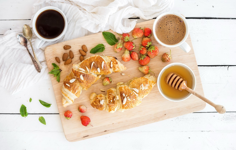 Фото обои ягоды, кофе, завтрак, клубника, мед, coffee cup, strawberry, breakfast, круассан, croissants