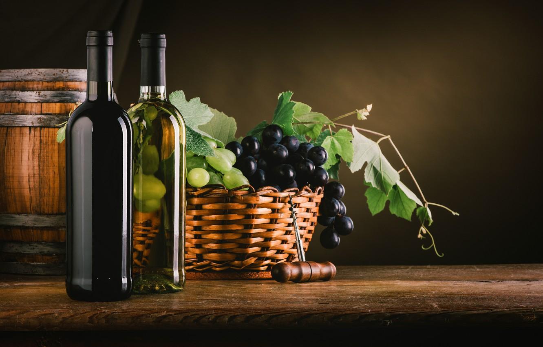 Фото обои листья, вино, корзина, виноград, бутылки, полумрак, штопор, бочонок