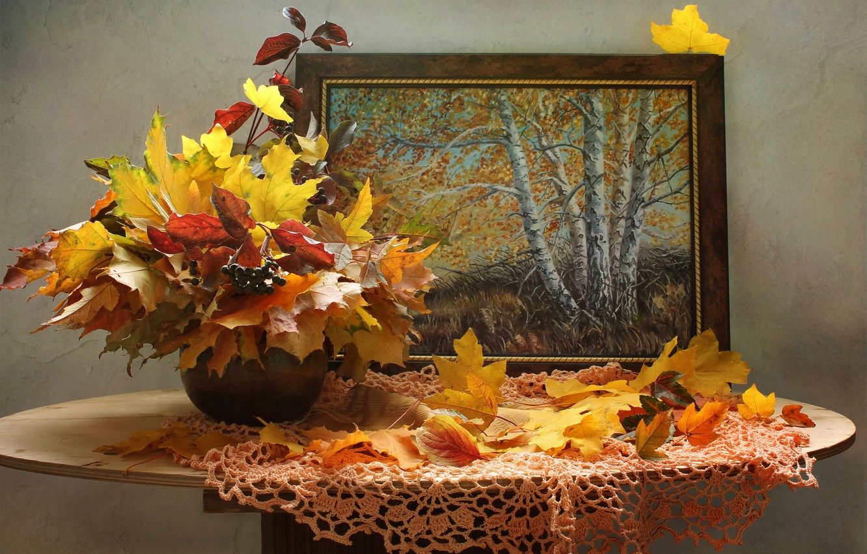 Фото обои осень, листья, ветки, ягоды, картина, ваза, клён, столик, салфетка