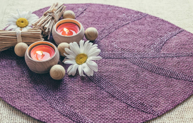 Фото обои цветы, ромашки, свечи, коврик