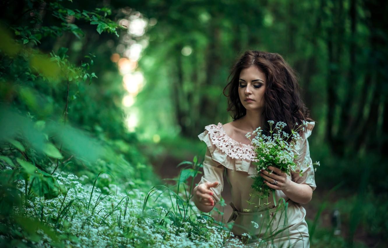 Какие 9 трав в старину на Руси называли волшебными? Devushka-briunetka-v-lesu-sobiraet-tsvety-pricheska-makiiazh