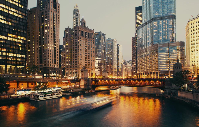 Фото обои Дома, Вечер, Причал, Город, Река, Чикаго, Небоскребы, Катер, США, Мосты, Катера