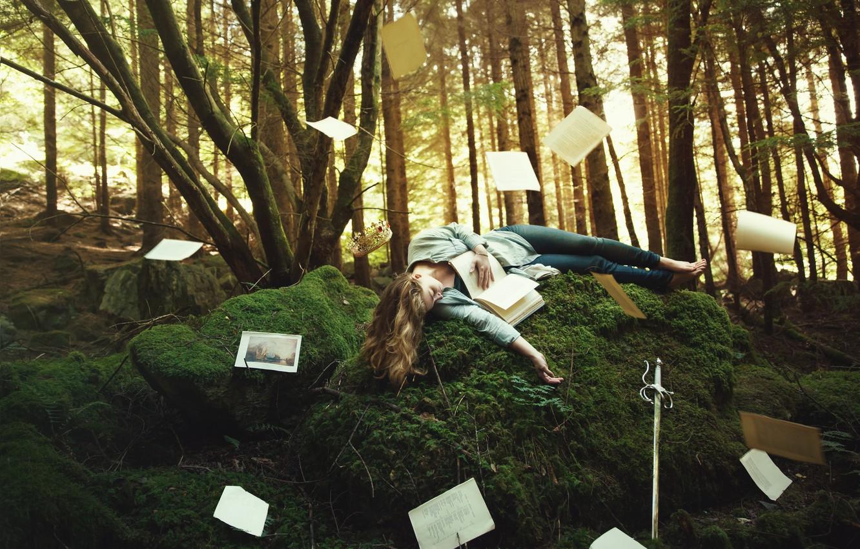Фото обои лес, девушка, деревья, поза, фантазия, растительность, мох, сон, сказка, меч, корона, холм, фэнтези, блондинка, спит, …