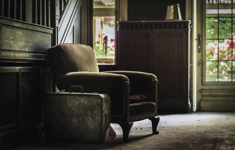 Фото обои комната, кресло, чемодан
