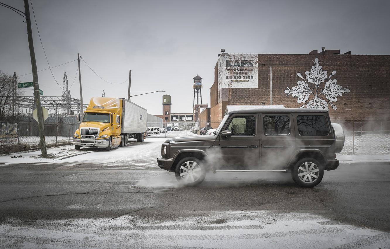 Фото обои зима, город, улица, здания, Mercedes-Benz, люк, 2018, G-Class, испарения