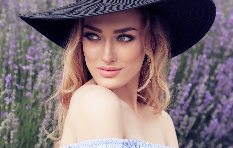 Фото обои взгляд, девушка, модель, портрет, макияж, блондинка, шляпка, лаванда, маникюр