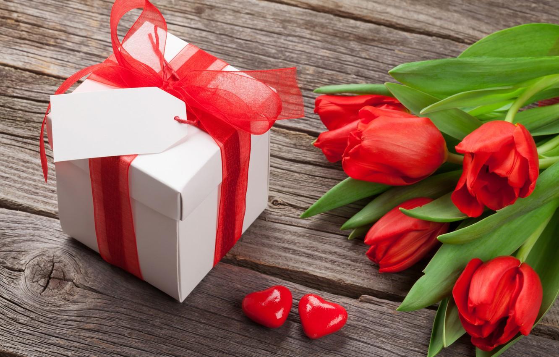 Фото обои любовь, цветы, подарок, букет, сердечки, тюльпаны, red, love, wood, flowers, cup, romantic, hearts, tulips, Valentine's …