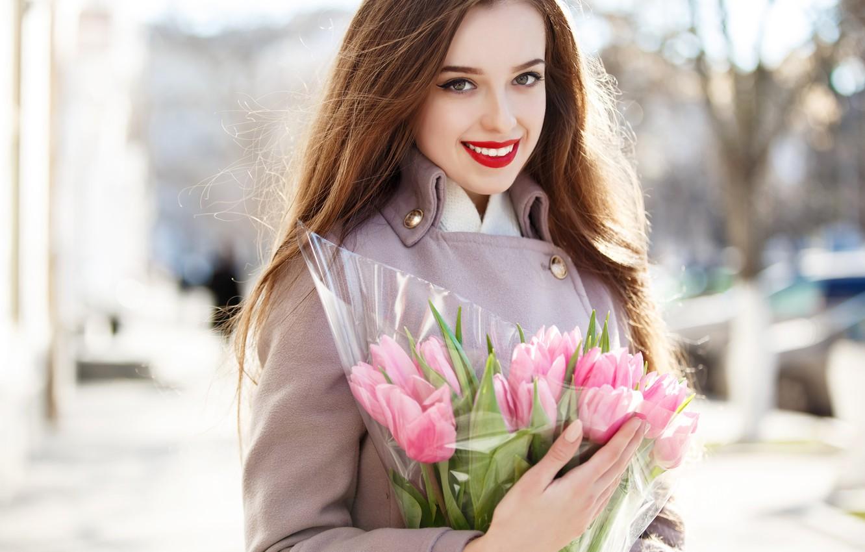 Фото обои девушка, солнце, цветы, улыбка, портрет, букет, макияж, прическа, тюльпаны, шатенка, розовые, красотка, пальто, боке