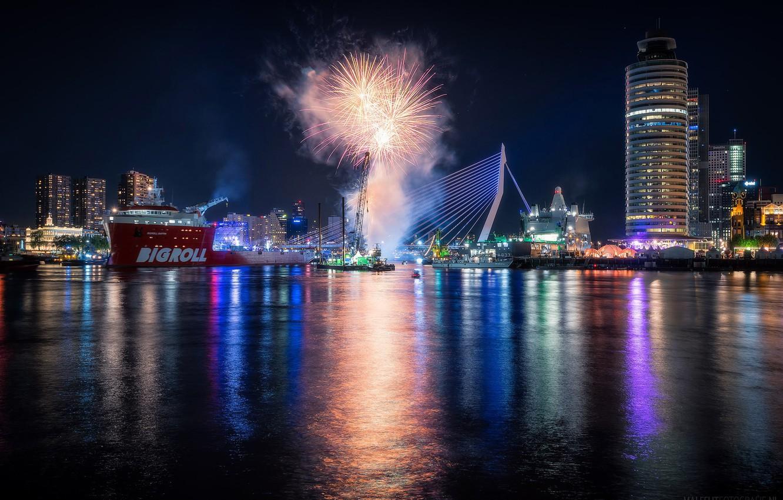 Фото обои ночь, огни, праздник, корабль, дома, салют, порт, фейерверк, Нидерланды, гавань, Роттердам