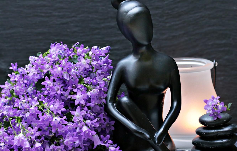 Фото обои цветы, камни, женщина, лампа, статуэтка, колокольчики, фигурка