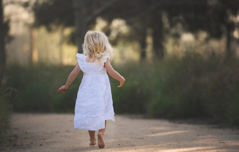 Фото обои дорога, платье, девочка, босая