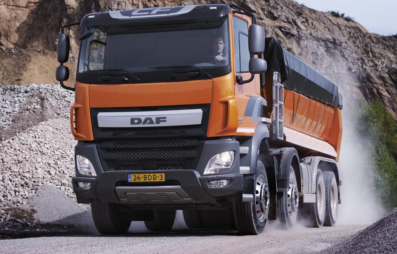 Фото обои оранжевый, движение, пыль, тент, кузов, грунтовка, порода, DAF, ДАФ, карьер, самосвал, 8х4, Euro6, DAF CF …