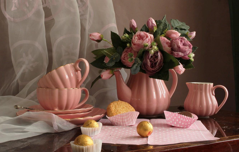 Фото обои цветы, розы, чайник, печенье, конфеты, чаепитие, чашки, тарелки, натюрморт, столик, занавеска, салфетка, молочник