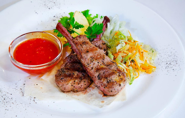Фото обои зелень, тарелка, мясо, соус, капуста