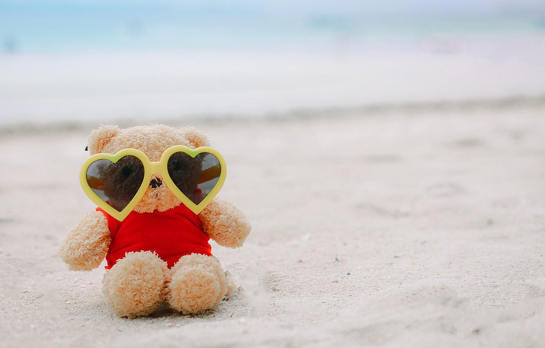 Фото обои песок, море, пляж, лето, любовь, отдых, игрушка, очки, мишка, summer, love, beach, каникулы, bear, sea, …