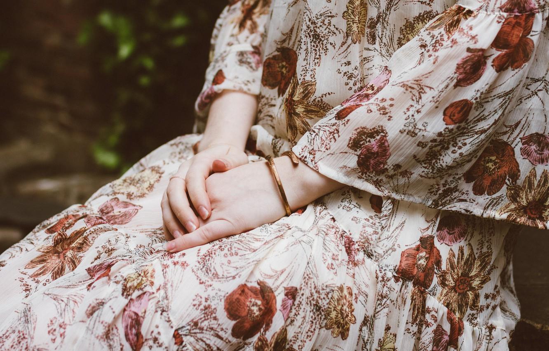 Фото обои руки, платье, браслет