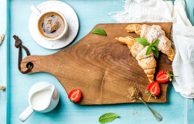Фото обои ягоды, кофе, завтрак, сливки, клубника, coffee cup, strawberry, breakfast, круассан, croissants