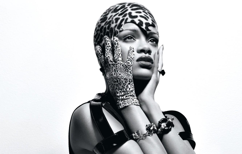 Фото обои украшения, стиль, макияж, наряд, белый фон, черно-белое, певица, Rihanna, перчатка, шапочка, ремни