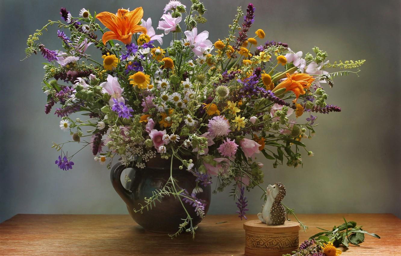 Фото обои стол, ромашки, букет, шкатулка, ваза, ёжик, полевые цветы