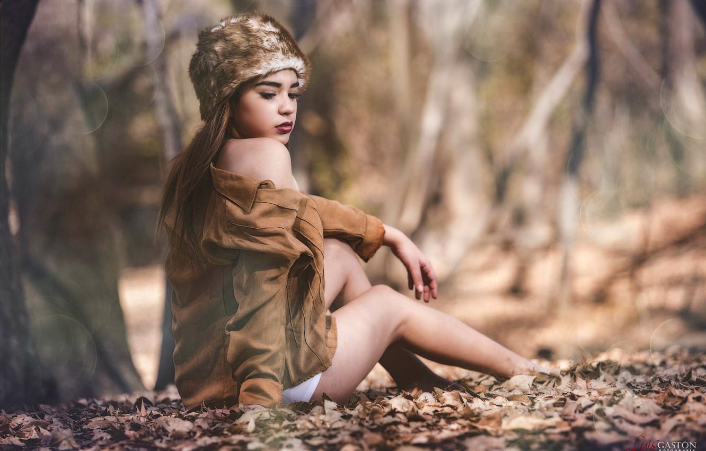 Фото обои осень, листья, девушка, деревья, поза, блики, парк, шапка, макияж, куртка, прическа, шатенка, ножки, красивая, сидит, …