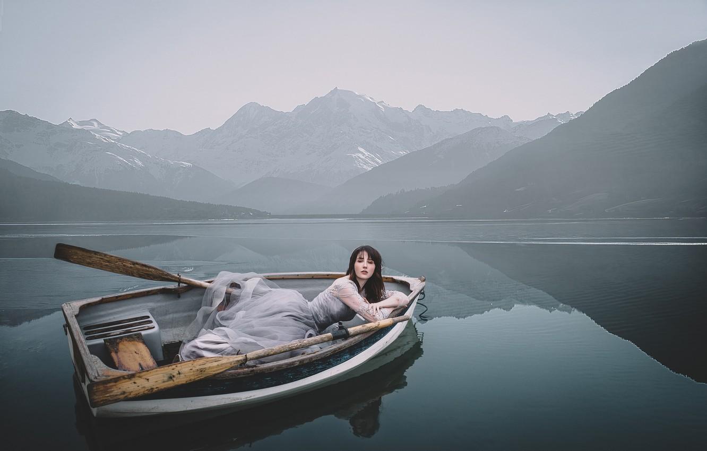 Фото обои девушка, горы, поза, озеро, лодка, ситуация, платье, вёсла