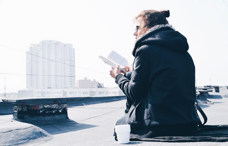 Фото обои крыша, девушка, city, город, чай, здание, весна, куртка, кружка, книга, girl, spring, book, tea, building, …